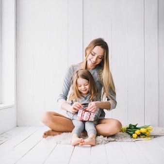 Moedersdagconcept met gelukkige moeder en dochter