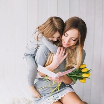 Moedersdagconcept met het houden van van moeder en dochter