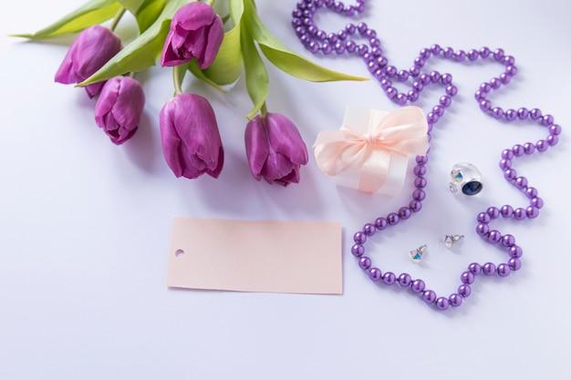 Moedersdagstilleven met rozen en ketting