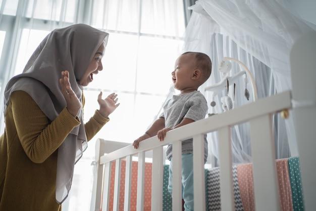 Moederspel gluurt een boe-geroep met haar zoon