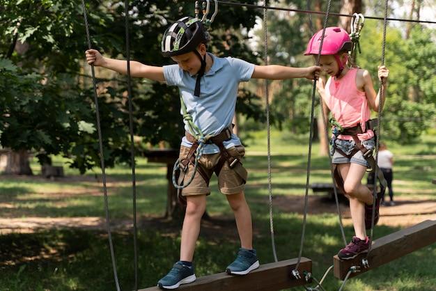 Moedige kinderen spelen in een avonturenpark