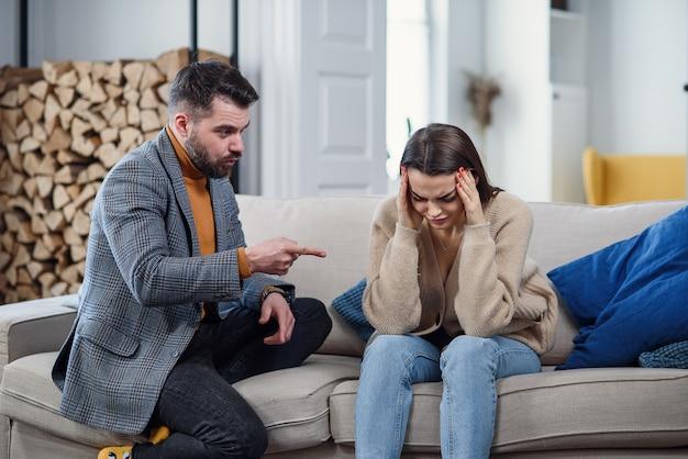 Moeilijkheden, conflicten en familieconcept - ongelukkig paar dat thuis het debatteren heeft.