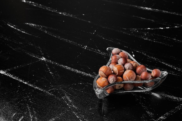 Moerenschalen in een glazen bak.
