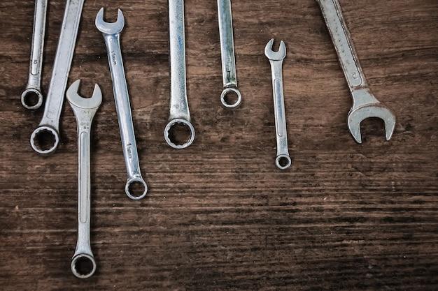 Moersleutel ambachtsman tool op houten tafel, vintage stijl