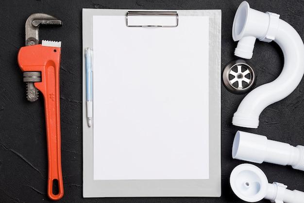 Moersleutel en connectoren met doorzichtig papier