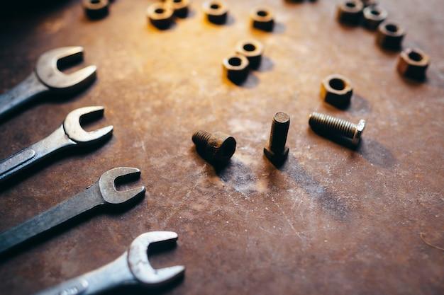 Moersleutels schroeven moeren en bouten op metalen bureau