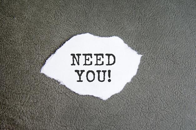 Moet u zich aanmelden op het gescheurde papier op de grijze achtergrond, bedrijfsconcept?