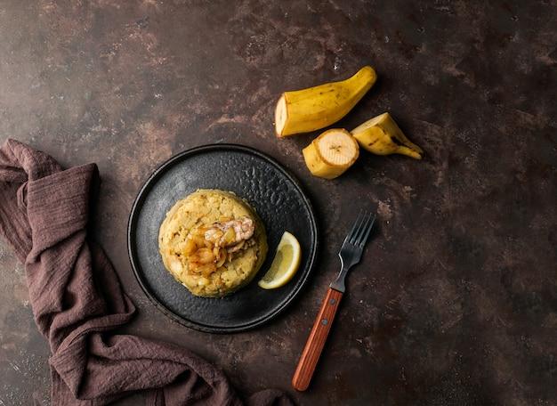 Mofongo, geprakte weegbree met varkensvlees, ui. puerto rico. keuken uit de amazone, peru, cuba, fufu de platano, tacaho