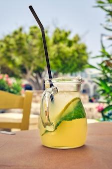 Mohito-cocktail op cafétafel
