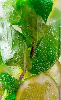 Mojito-cocktail. een close-up van cocktail met muntblaadjes en limoen.