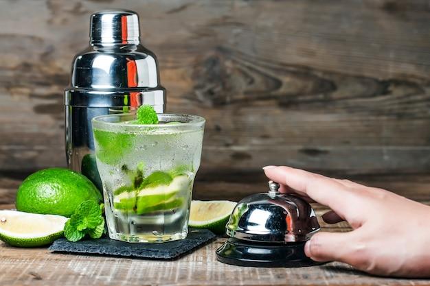 Mojito cocktail in een boor op een rustieke tafel, selectieve aandacht
