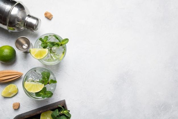 Mojito cocktail ingrediënten en tools op lichttafel. uitzicht van boven.