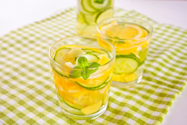 Mojito-cocktail met citroen en munt, koud verfrissend drankje