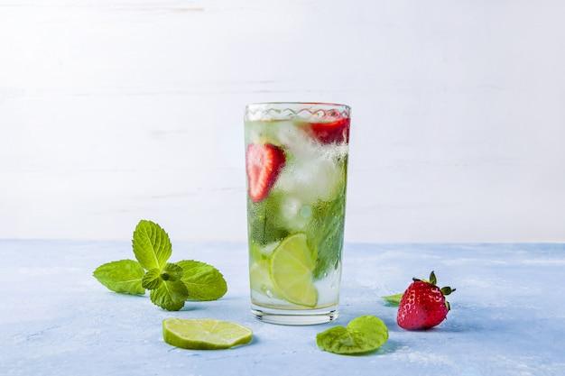 Mojito cocktail met ijsblokjes. glas zomerlimonade of ijsthee.