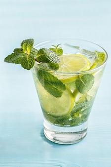 Mojito-cocktail met limoen en munt