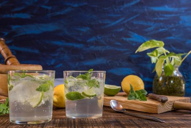 Mojito-cocktail met zijn ingrediënten