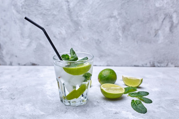 Mojito cocktail op het grijze beton