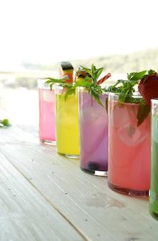 Mojito-cocktail van verschillende tropische smaken zoals ananas, limoen, aardbei, bessen en watermeloen