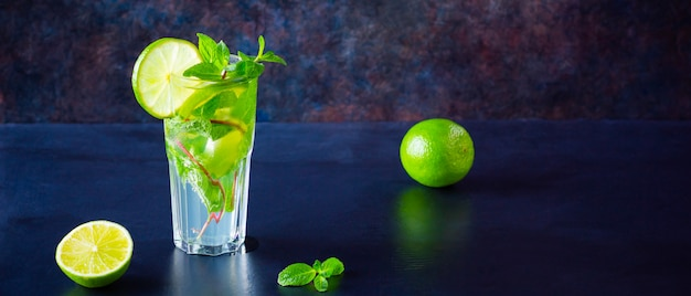 Mojito-cocktail. verse mojito in glas op een donkere achtergrond