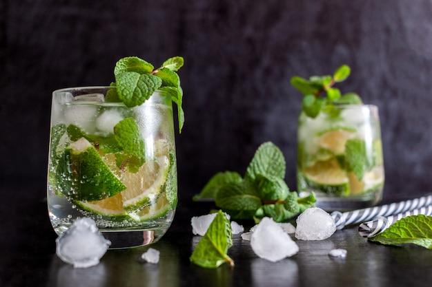 Mojito cubano ijsdrank met limoen en munt