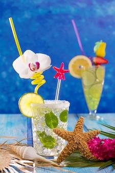 Mojito en limoen limoen cocktails in tropisch blauw hout