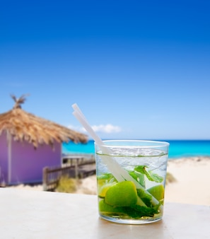 Mojito in tropische purpere hut op turkoois strand