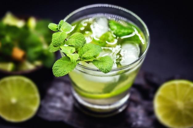 Mojito is een cubaanse cocktail op basis van witte rum, citroen en munt