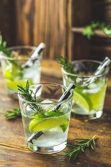 Mojitococktail in een dienst op een rustieke lijst