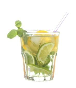 Mojitococktail in een glas met limoen, munt en citroen op een witte geïsoleerde achtergrond