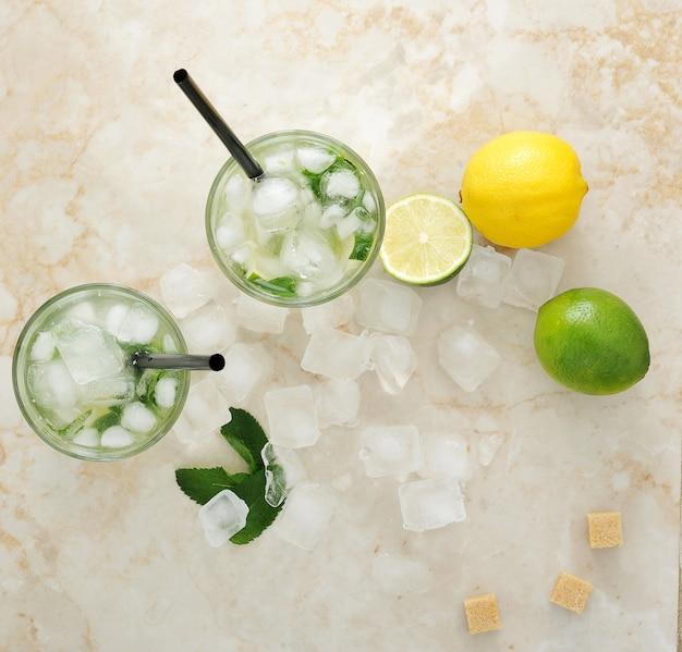 Mojitococktail met ijs en limoen