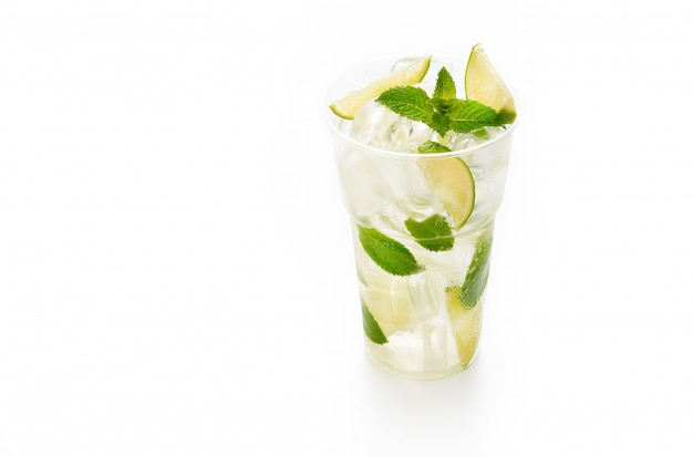 Mojitococktail met kalk en munt in plastic kop op wit