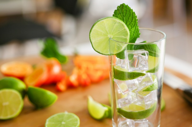 Mojitococktail met limoen en munt