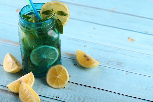Mojitococktail op blauwe achtergrond.