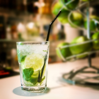 Mojitococktail op de bar