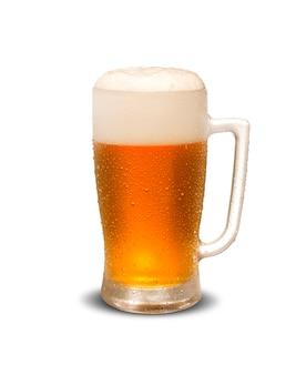 Mok bier dat op witte achtergrond wordt geïsoleerd
