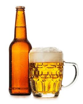 Mok bier geïsoleerd op de witte achtergrond