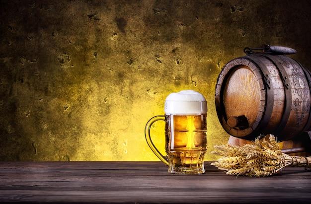 Mok bier met schuim en vat