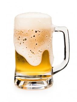Mok bier met schuimschuim op glas op witte achtergrond wordt geïsoleerd die