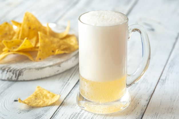 Mok bier met tortillachips