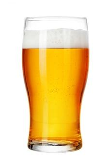 Mok bier op wit wordt geïsoleerd dat