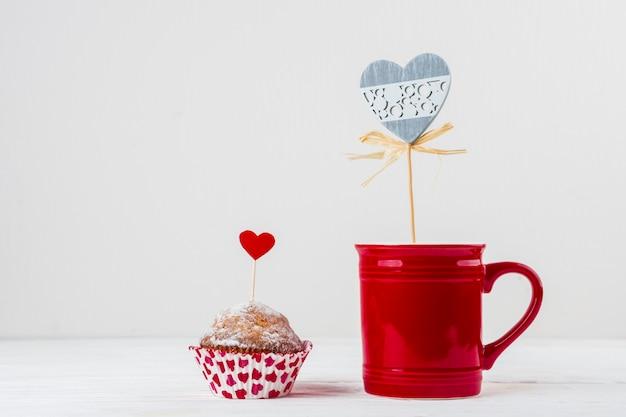 Mok en cake met ornament harten op toverstokken