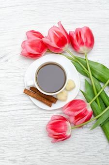Mok koffie en roze tulpen