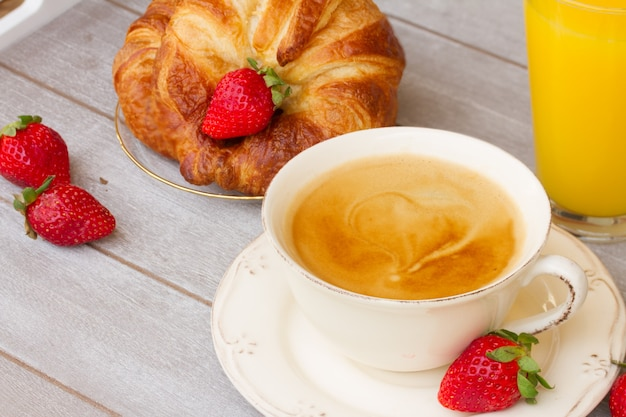 Mok koffie met bessen en vers sap bij het ontbijt