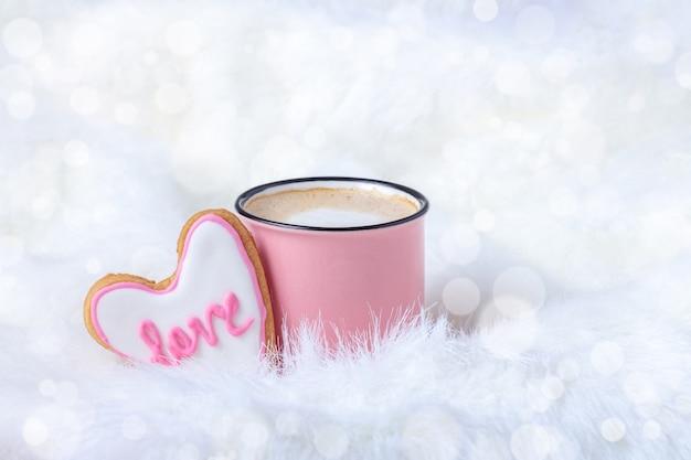 Mok koffie met hartvormig koekje in glanzend bed voor valentijnsdag of bruiloft