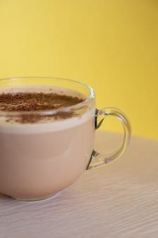 Mok koffie met melk bestrooid met chocoladeschilfers en schuim energie en opgewektheid in de ochtend