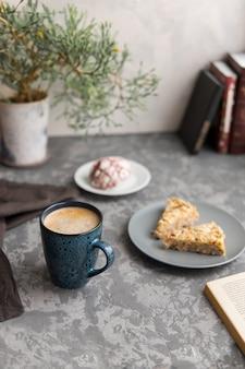 Mok koffie of cappuccino met twee stukjes amandelcake