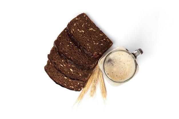 Mok kwas met roggebrood geïsoleerd op een witte achtergrond.