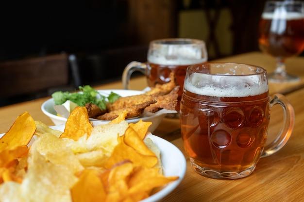 Mok met bier en biersnacks