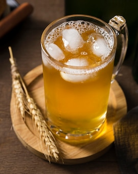 Mok met bier op een houten bord