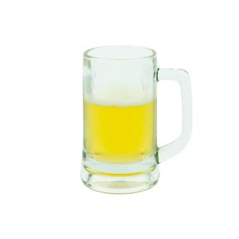 Mok met bier op wit wordt geïsoleerd dat